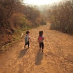 家を出て、幼稚園への小道に入ったところ